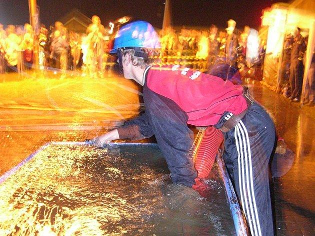 Noční soutěž nebude. Snímek je z loňské noční hasičské soutěže v Loučné nad Desnou.