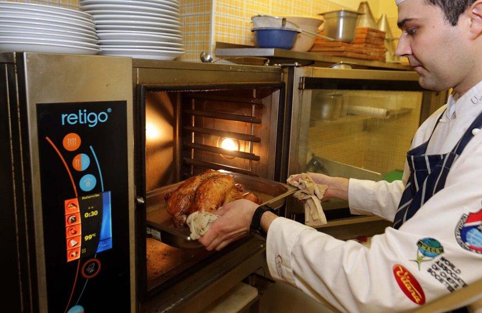 Šéfkuchař Martin Rada při přípravě Svatomartinské husy v prostějovské restauraci H-club