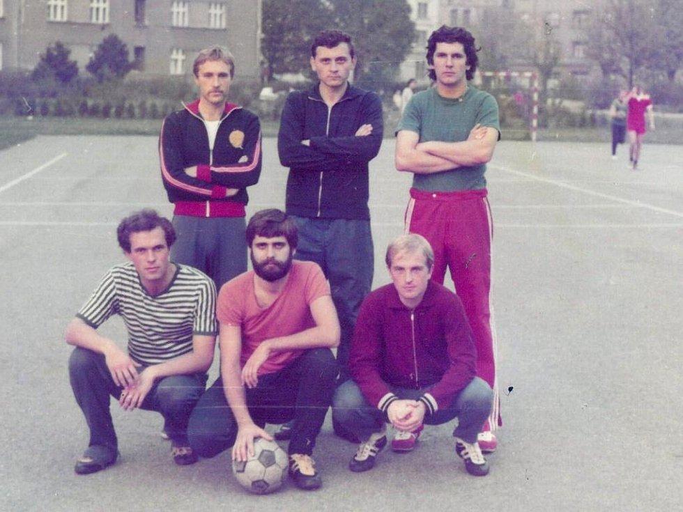 Oto Košta (v horní řadě první zprava) při sportování s přáteli