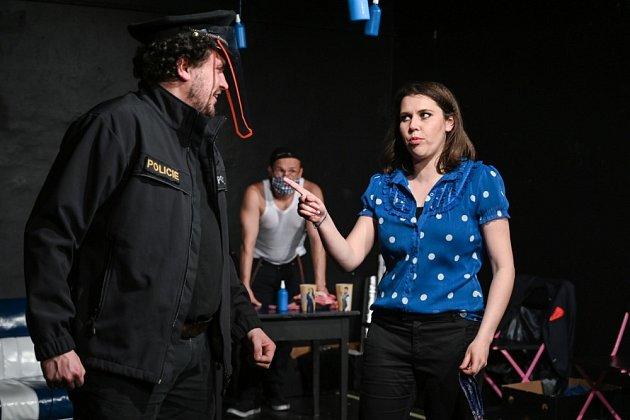 Divadelní představení Láska za koronu vpodání Divadla Tramtarie.