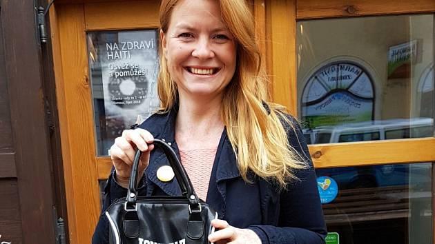 Malou, černobílou kabelku značky sportovního oblečení, obuvi a boxerských potřeb, věnovala do letošního ročníku Kabelkového veletrhu ředitelka olomouckého Divadla Tramtarie Petra Němečková.