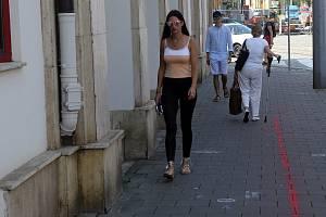 Červené čáry měly upozornit na chystané zúžení chodníků v ulici 8. května v centru Olomouce