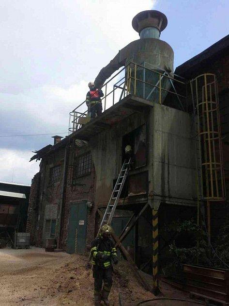 Likvidace požáru technologie na odsávání pilin, Olomouc.