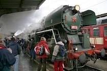 """Historický parní vlak s lokomotivou """"Rosnička"""" na hlavním nádraží v Olomouci"""