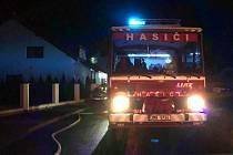 Hasiči zasahují u požáru rodinného domu ve Štarnově