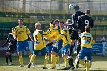 Fotbalisté 1. HFK Olomouc (v černém) proti Zlínu