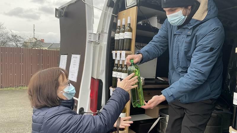 Vinaři začali provozovat vinotéku na kolech. Na snímku Michal Ješko z Vinařství Holánek obsluhuje zákazníky v Brodku u Přerova, 23. ledna 2021