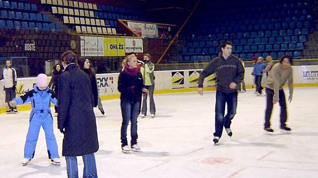 Kluziště na olomouckém zimním stadionu je zaplněné od rána do večera.