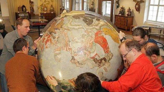 Stěhování vzácných barokních glóbů z Vlastivědného muzea na výstavu Olomoucké baroko v Muzeu umění