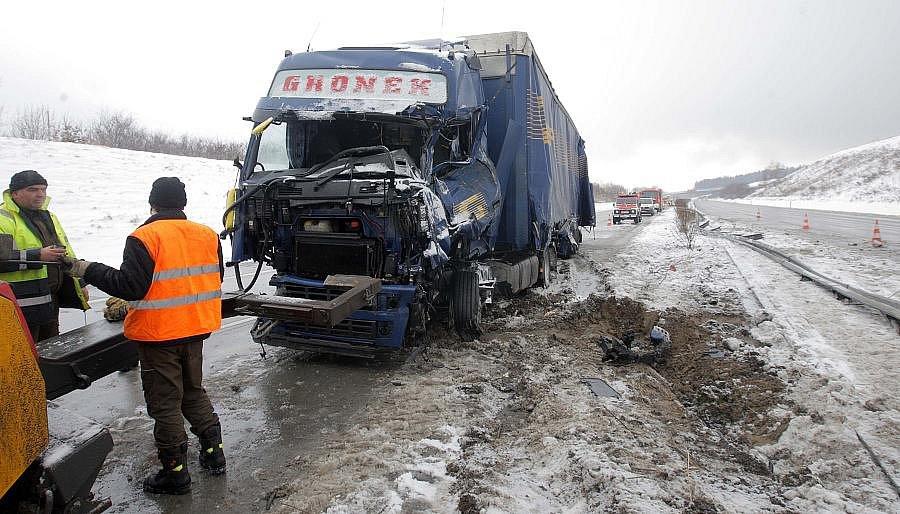 Odstraňování následků hromadné nehody na R35 u Lipníka
