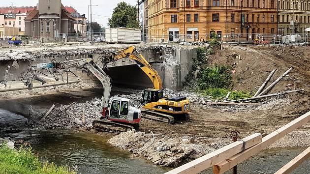 Demolice mostu v Komenského ulici v Olomouci. Ilustrační foto