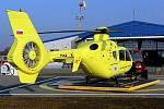 Vrtulník Eurocopter EC135T2 na základně letecké záchranky na Tabulovém vrchu v Olomouci