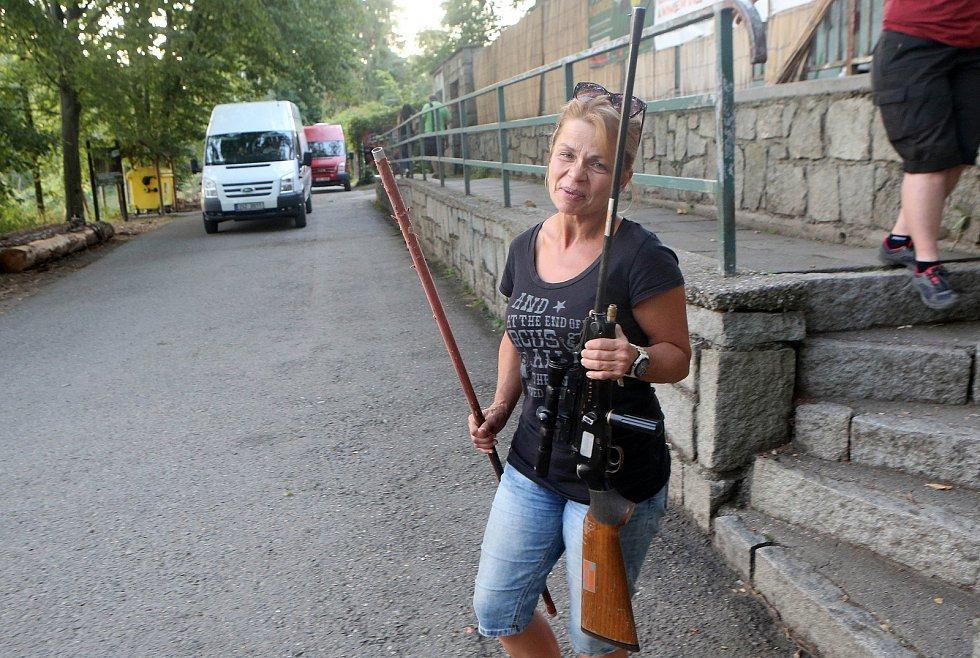 Stačilo pohrozit zbraní a medvědi byli v přepravní bedně.