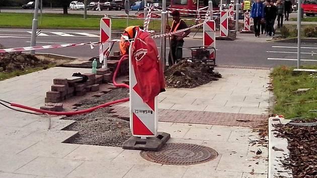 Budování nového přechodu u obchodní galerie Šantovka