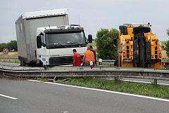 Defekt pneumatiky poslal kamion do svodidel. Nehoda na 257 kilometru uzavřela dálnici D35 na několik hodin a tvořili se dlouhé kolony.