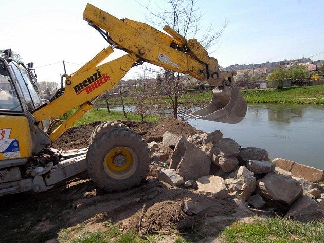 Rypadlo čistí řeku.