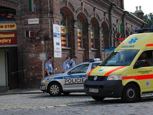 Policisté a záchranka zasahovali 5. srpna odpoledne v baru u tržnice