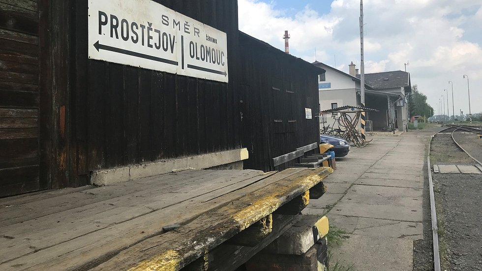 Důležitý důkaz vraždy mladého muže na chudobínské faře se údajně podařilo najít na nádraží v Senici na Hané