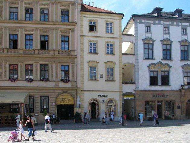 Město Olomouc prodává další ze svých domů, tentokrát na adrese Švédská 1 za 15,5 milionů korun. V přízemí budovy funguje trafika, ve třech patrech je šest bytů