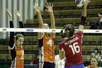 Volejbalistky Olomouce (v oranžovém) v pohárovém zápase s Olympem Praha