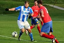 Fotbalisté Dolan (v červeném) remizovali v utkání 16. kola krajského přeboru s Hněvotínem 0:0.