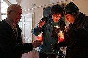 Olomoučtí skauti přinesli Betlésmké světlo také olomouckému biskupovi Josefu Hrdličkovi