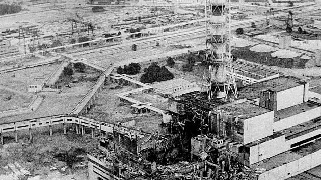Pohled na černobylskou jadernou elektrárnu zhruba dva dny po katastrofálním výbuchu 4. reaktoru v dubnu 1986