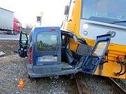 Srážka vlaku s osobním autem na přejezdu v Příkazech