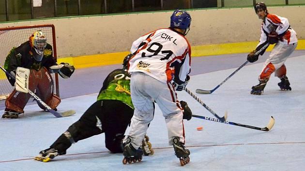 Společný tým Olomouce a Rouenu (světlé dresy) na turnaji Prague Roller Hockey Days