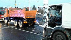 Srážka náklaďáků ve Velkomoravské ulici v Olomouci