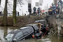 Vyprošťování havarovaného mitsubishi z řeky v Litovli
