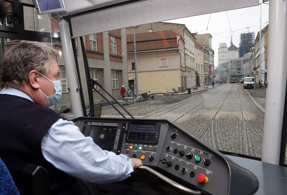 Tramvaj míří na zrekonstruovanou trať v ulici 8. května. 4. prosince 2020