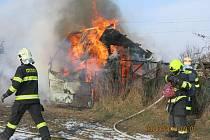 Při požáru zahradní chatky se lehce zranila osoba.