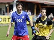 Fotbalisté Nových Sadů (ve žlutém) prohráli s Valašským Meziříčím 2:4Michal Kovář, hrající trenér Valašského Meziříčí a Pavel Kryl (vpravo)