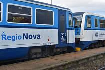 Modré Regionovy postupně nahrazují žluté soupravy. Ranní křížení vlaků v Příkazech