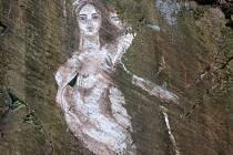 Neznámý malíř oživil skálu pod hradem Bouzov