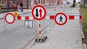 Sokolovská ulice. 3. dubna 2018 - začátek omezení kvůli stavbě protipovodňových opatření v okolí mostu v Komenského ulici v Olomouci