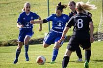 Fotbalistky Sigmy (v modrém) prohrály v Drahlově s Hradcem Králové 1:2.