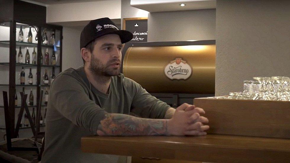 Jakub Sigmund - Stodoła, Rockstar Cafe & Bar. Záběr z dokumentu Za zavřenými dveřmi
