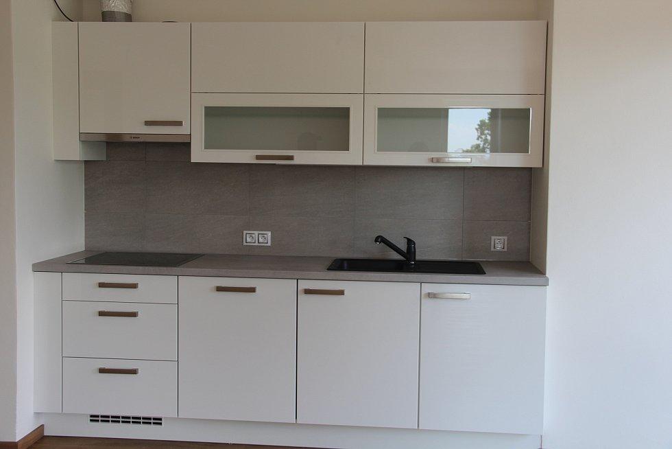 Kuchyň jednoho z bytů, které budou nabídnuty k pronájmu.