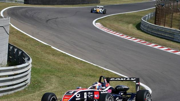 Erik Janiš na závodním okruhu.