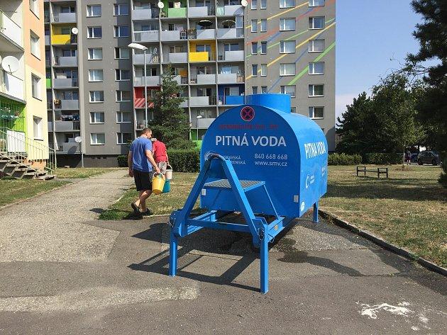 V olomouckého Jánského ulici musejí lidé od rána pro pitnou vodu k cisterně. Prasklo zde potrubí, oprava potrvá zhruba do 17.00.