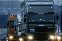 Kolona nákladních aut - ilustrační foto.