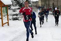 Peleton sedmi desítek běžců se vydává ze Slatinic na zasněžený Kosíř