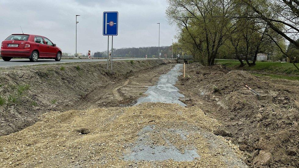 Stavba cyklostezky v Litovli směrem na Tři Dvory, 29. dubna 2021