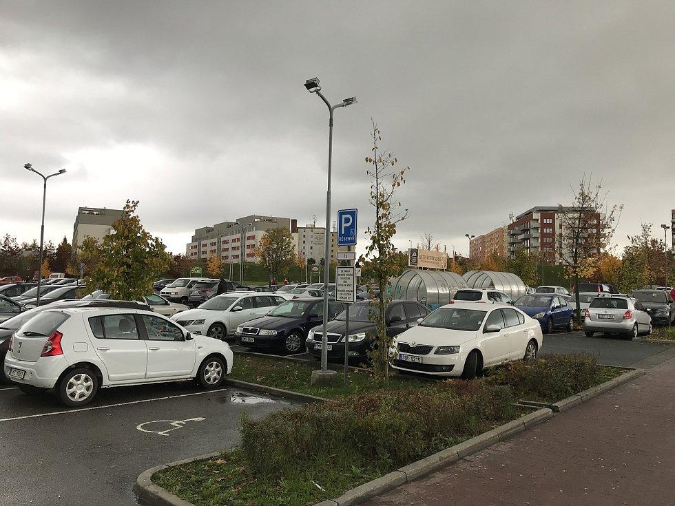 Nedělní zákaz prodeje poslal lidí do obchodu v sobotu, parkoviště u hypermarketu Globus, 31. října 2020.