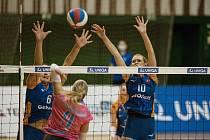 Olomoucké volejbalistky (v modrém) porazily Prostějov 3:0.