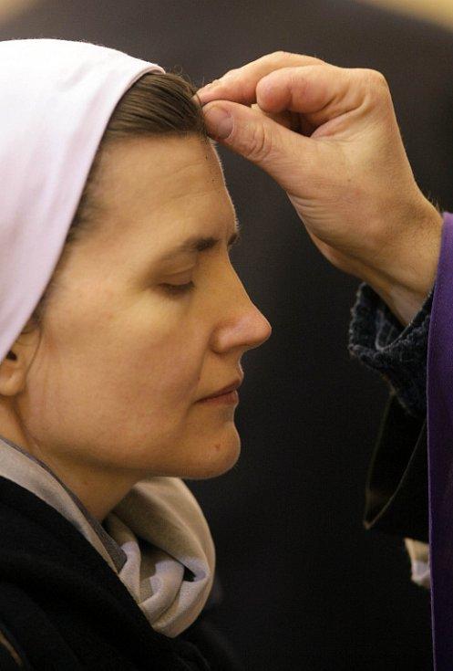 Na Popeleční středu žehná kněz při mši svaté nebo při bohoslužbě slova popel. Archivní ilustrační foto