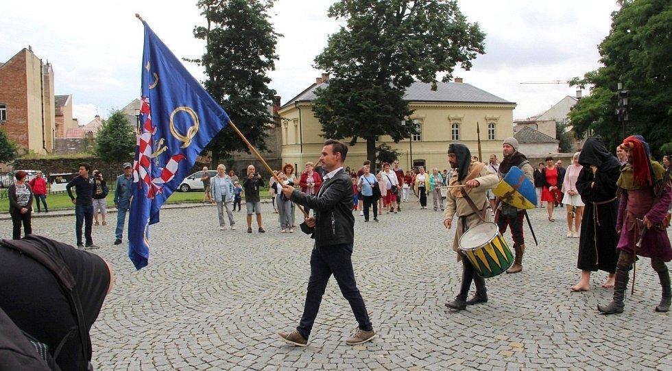 Pietní průvod k připomínce vraždy krále Václava III. před katedrálou sv. Václava v Olomouci, 4. srpna 2021