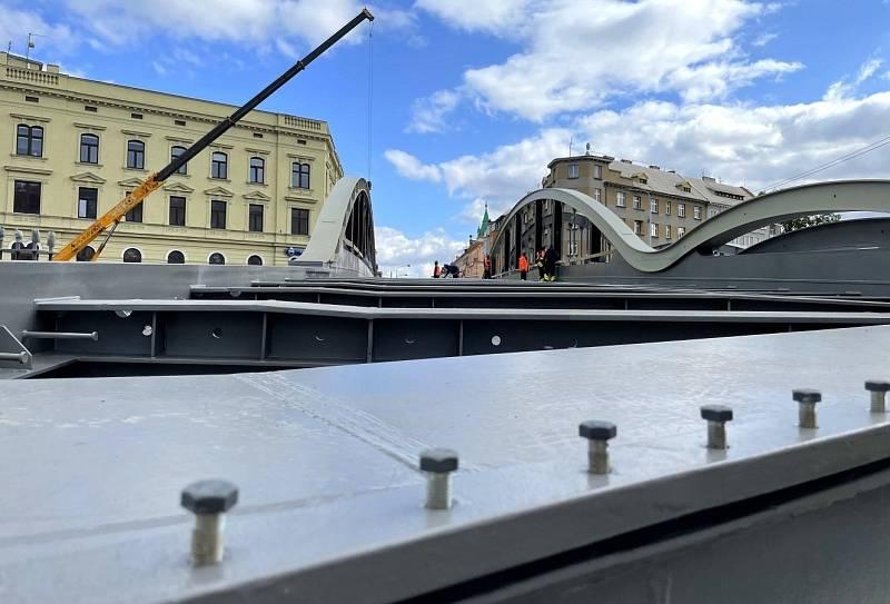 Nový most v Masarykově ulici v Olomouci má už obě poloviny, 12. října 2021